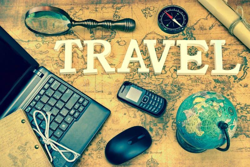 Viaje de la muestra, ordenador portátil, ratón, globo, compás, teléfono del G/M, letra, M foto de archivo libre de regalías