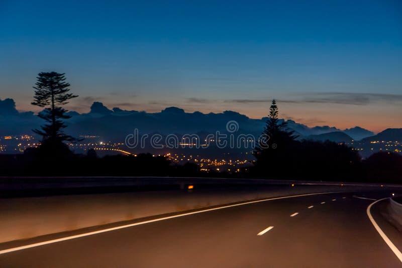 Viaje de la noche con una hermosa vista de las luces de la ciudad imagenes de archivo