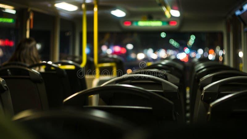 Viaje de la noche en un autobús vacío imágenes de archivo libres de regalías