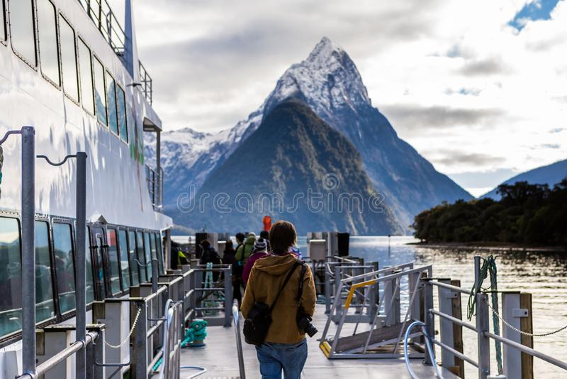 Viaje de la travesía del barco de la montaña de Milford Sound imagen de archivo