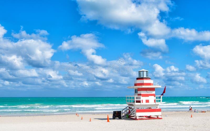 Viaje de las torres coloridas del salvavidas de Miami Beach Estructuras icónicas peculiares El salvavidas se eleva playa del sur  imagenes de archivo