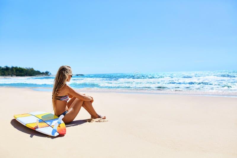 Viaje de las vacaciones La playa del verano de la mujer de la persona que practica surf se relaja Tabla hawaiana, practicando sur imagenes de archivo