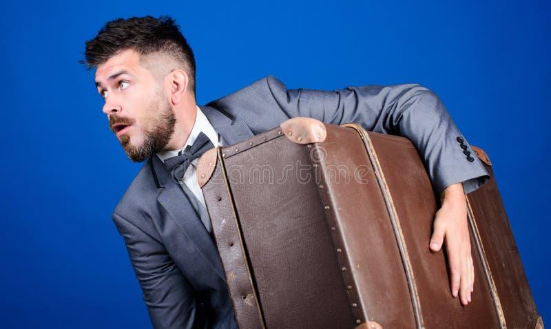 Viaje de negocios con la maleta retra Bolso pesado viajero maduro esthete elegante con el bolso del vintage Hombre barbudo en for foto de archivo libre de regalías
