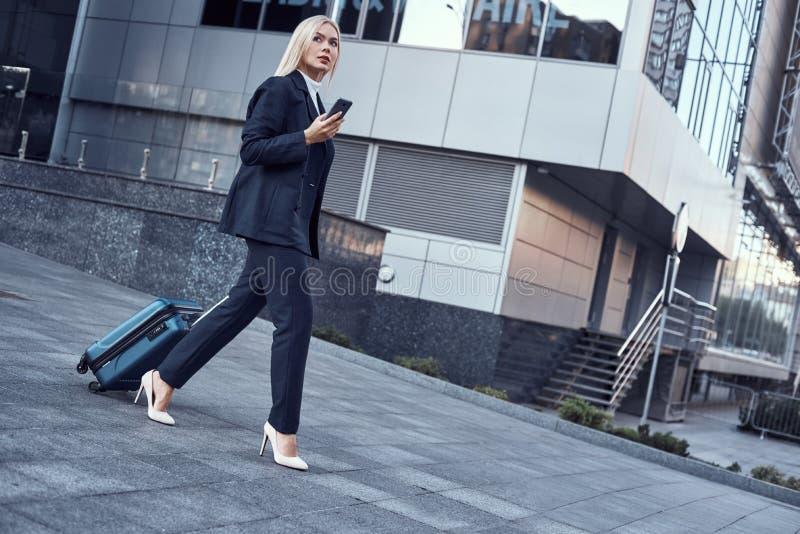 Viaje, viaje de negocios Gente y concepto de la tecnología - mujer joven feliz con la maleta foto de archivo libre de regalías