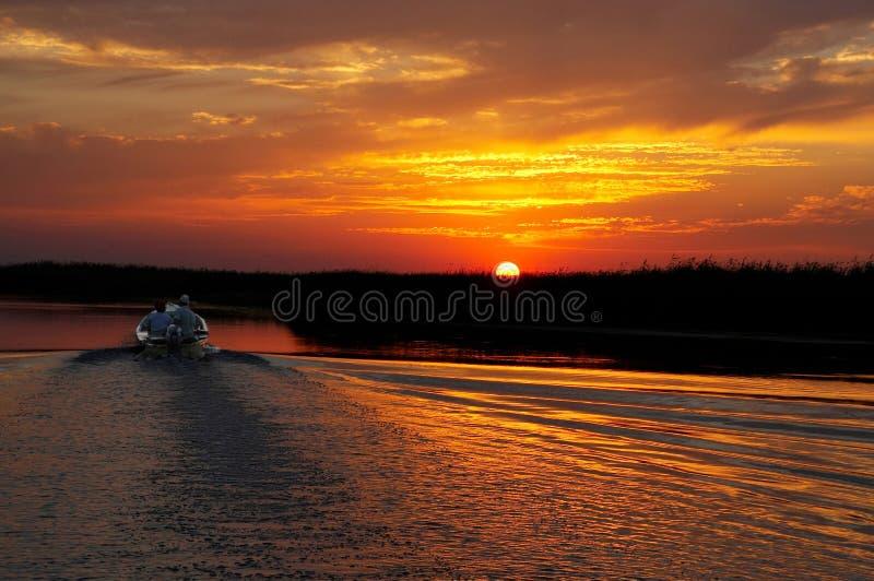 Viaje de pesca en puesta del sol del oro imagen de archivo