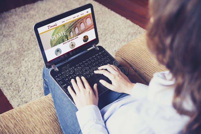 Viaje de reservación por Internet con un ordenador portátil en casa fotografía de archivo