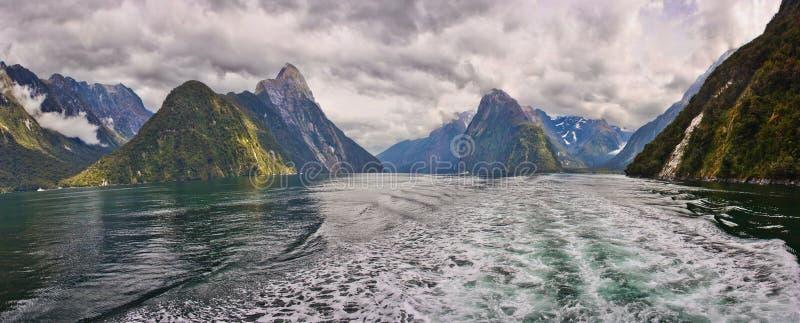 Viaje del barco en el fiordo de Milford Sound en Nueva Zelanda imagen de archivo