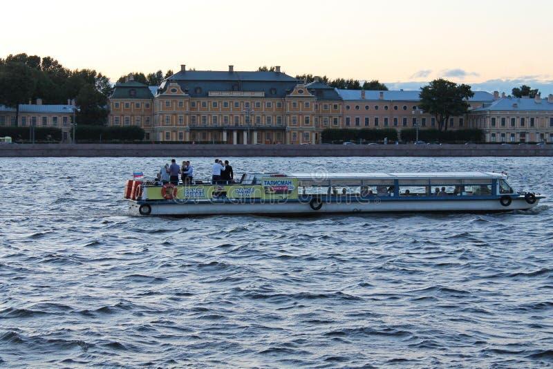 Viaje del barco en el Neva grande Vista opuesta del palacio de Menshikov St Petersburg imágenes de archivo libres de regalías