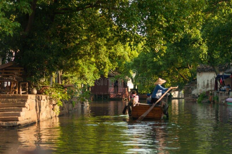 Viaje del barco en pueblo viejo chino por el canal imagen de archivo libre de regalías