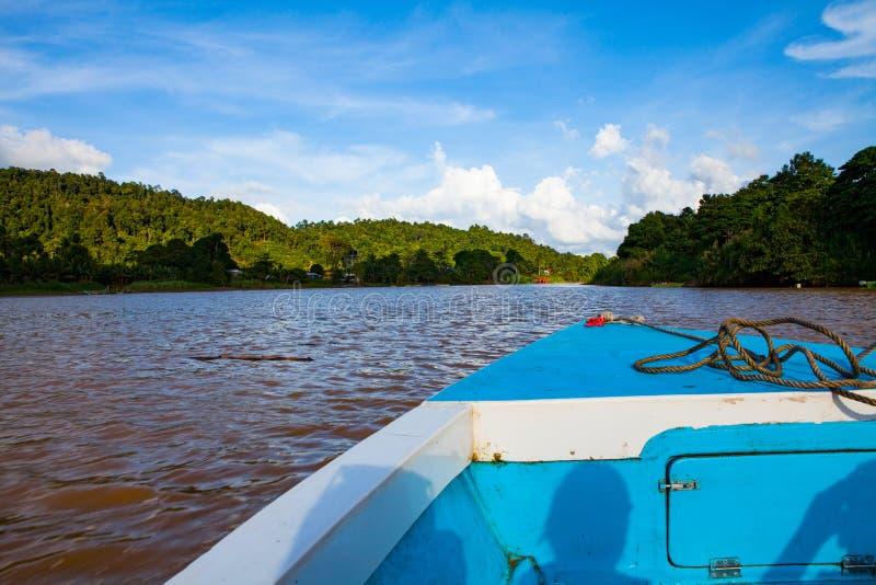 Viaje del barco a lo largo del río de Kinabatangan en Borneo, Malasia fotos de archivo