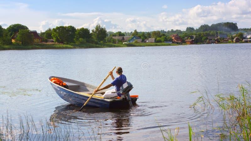 Viaje del barco del país del verano en el lago fotos de archivo libres de regalías