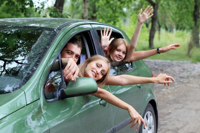 Viaje del coche con los amigos imagen de archivo