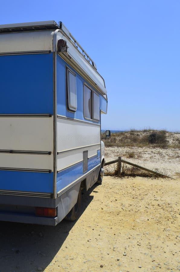 Viaje del coche a lo largo de la costa a practicar surf imagenes de archivo