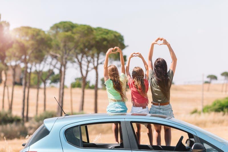 Viaje del coche del verano y familia joven de vacaciones imagen de archivo libre de regalías