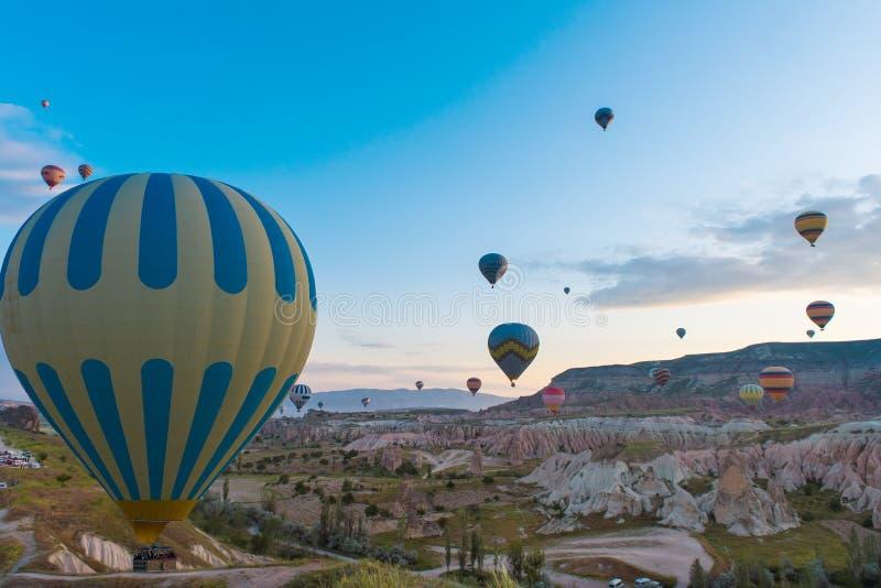 Viaje del globo del aire caliente que vuela sobre Cappadocia fotografía de archivo libre de regalías