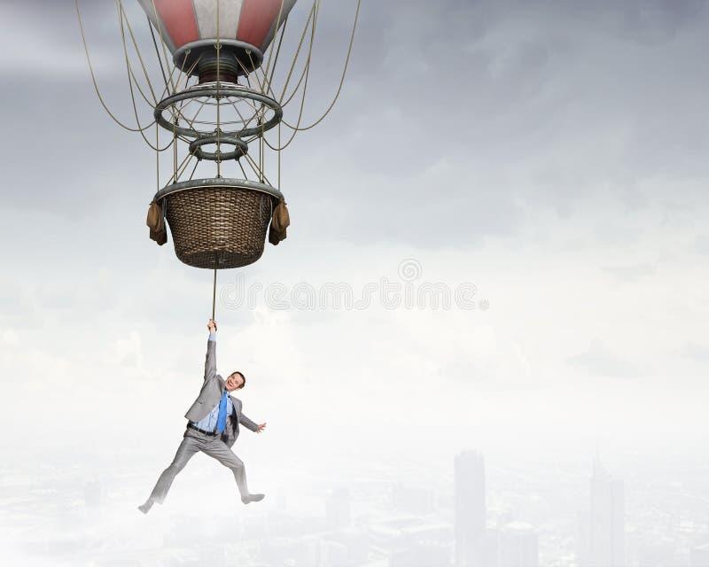 Viaje del hombre en aerostato imagen de archivo