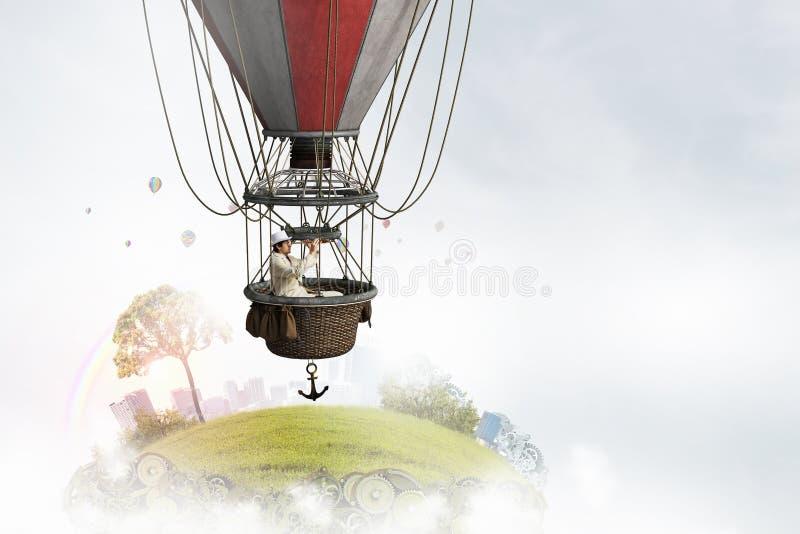 Viaje del hombre en aerostato foto de archivo