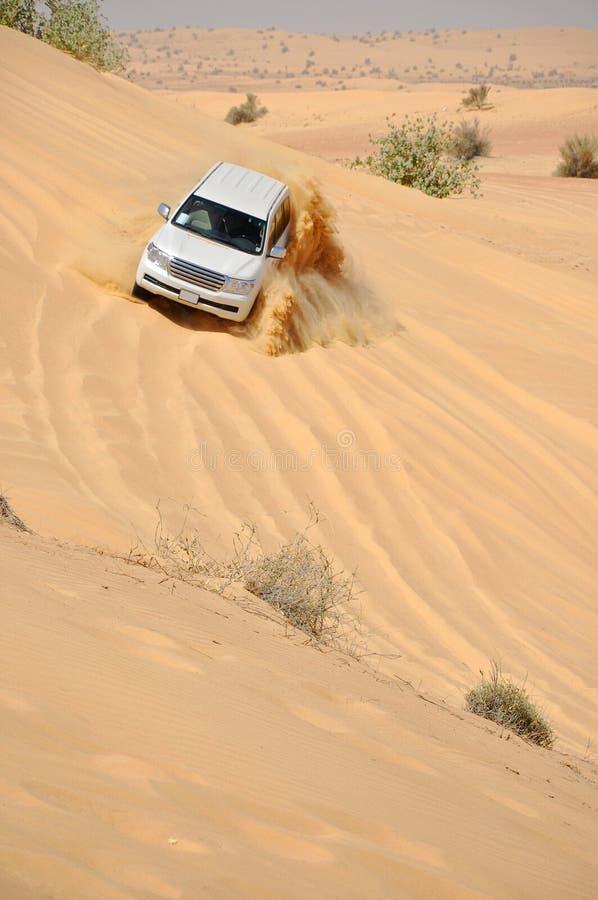 Viaje del jeep en el desierto en Dubai imágenes de archivo libres de regalías
