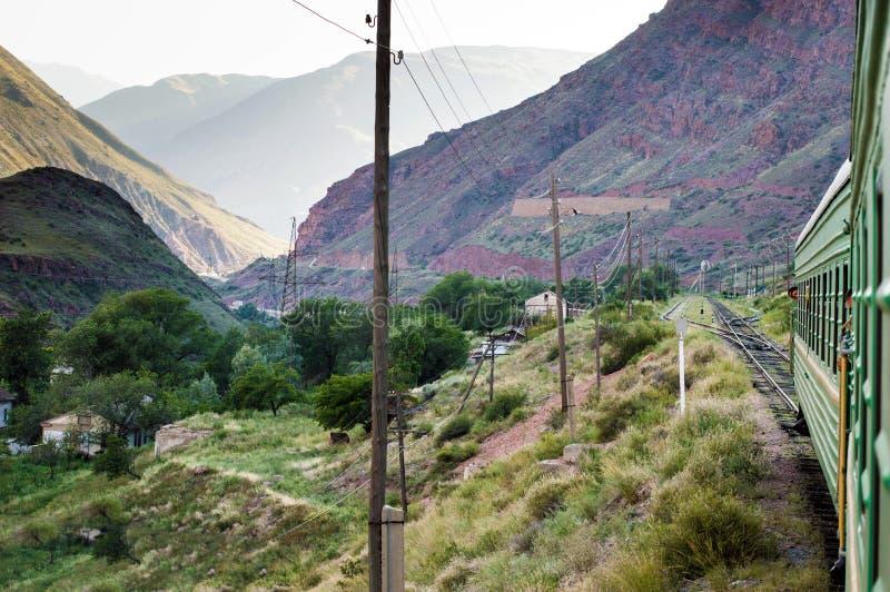 Viaje del tren en Kirguistán foto de archivo