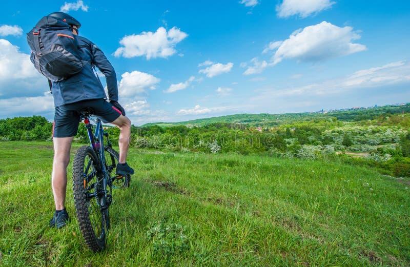 Viaje del verano de la bici de montaña foto de archivo libre de regalías