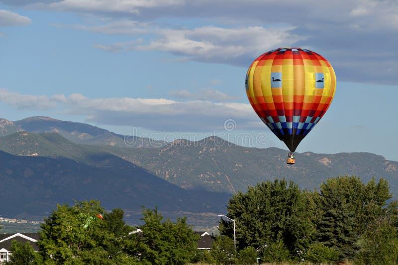 Viaje del vuelo del piloto del globo del aire caliente foto de archivo