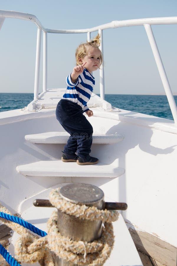 Viaje del yate del mar de la camisa rayada del marinero del muchacho alrededor del mundo Poco viajero del mar La playa está llama fotografía de archivo libre de regalías