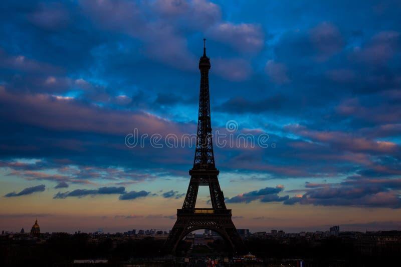 Viaje a Eiffel el icono parisiense más famoso en la puesta del sol vista de Trocadero foto de archivo libre de regalías