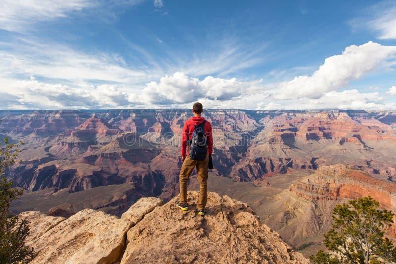 Viaje em Grand Canyon, caminhante do homem com trouxa que aprecia a vista, EUA fotos de stock