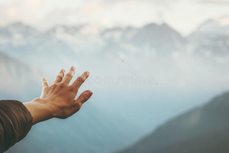 Viaje emocional del paisaje conmovedor de las montañas de la mano fotografía de archivo