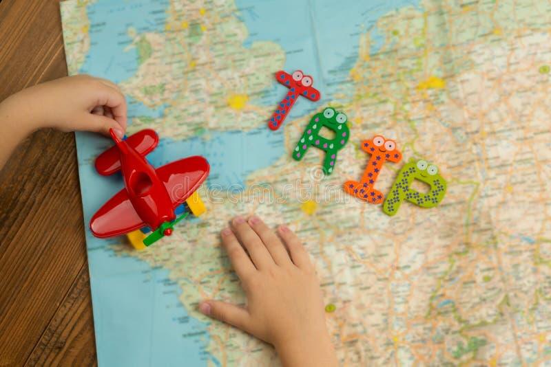 Viaje en avión del juguete en todo el mundo con los niños foto de archivo libre de regalías