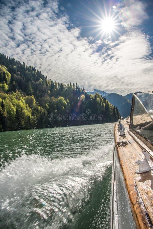 Viaje en barco en el lago en un día soleado brillante foto de archivo libre de regalías