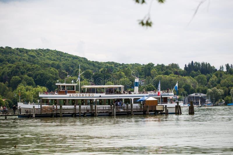 Viaje en los lagos b?varos con la nave de la excursi?n, nave, vapor imagen de archivo libre de regalías