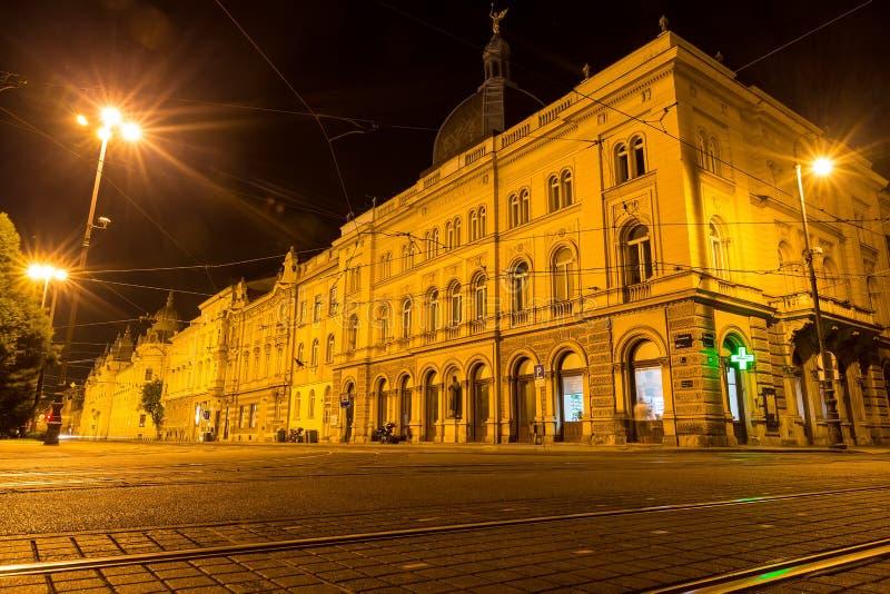 Viaje en tranvía el rastro en las calles de Zagreb en la noche en Zagreb, Croacia foto de archivo libre de regalías