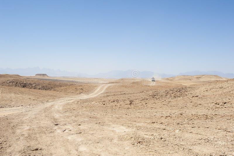 Viaje en un paisaje vacío del desierto fotos de archivo libres de regalías