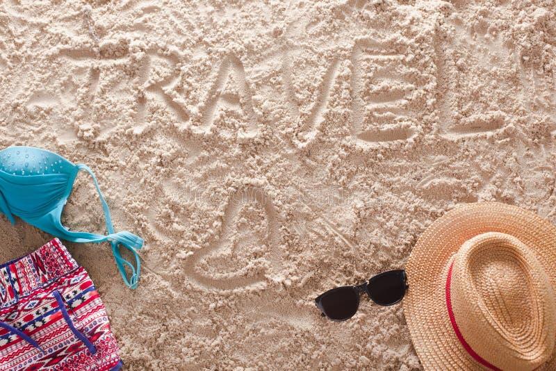 Viaje escrito en una playa tropical arenosa imagen de archivo libre de regalías