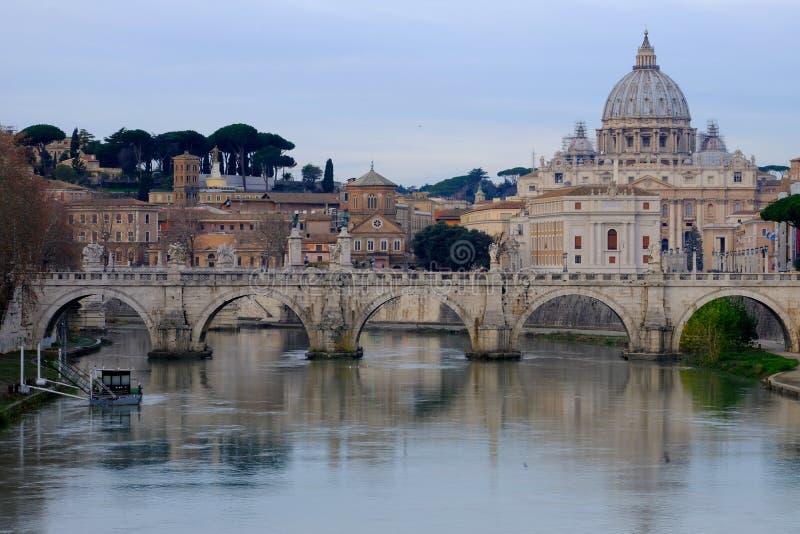 Viaje a Europa Bóveda del ` Angelo Eliev Bridge del santo Peter Basilica San Pietro y de Sant fotos de archivo libres de regalías