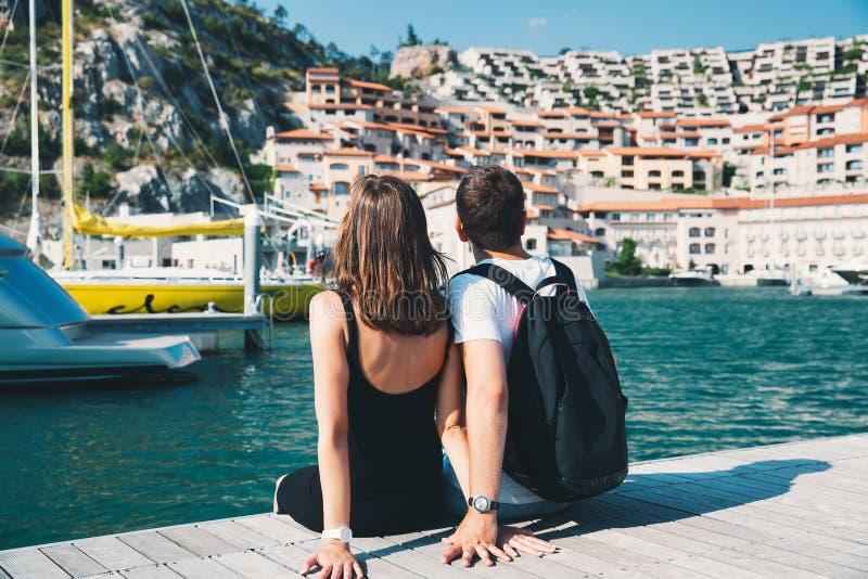 Viaje Europa Pares jovenes en Portopiccolo Sistiana, Italia imagenes de archivo