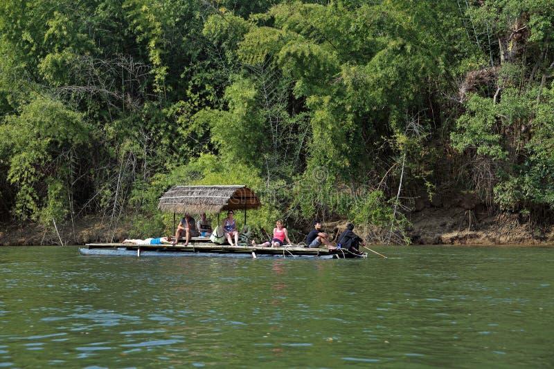 Viaje exótico rio abajo Kwai imagen de archivo