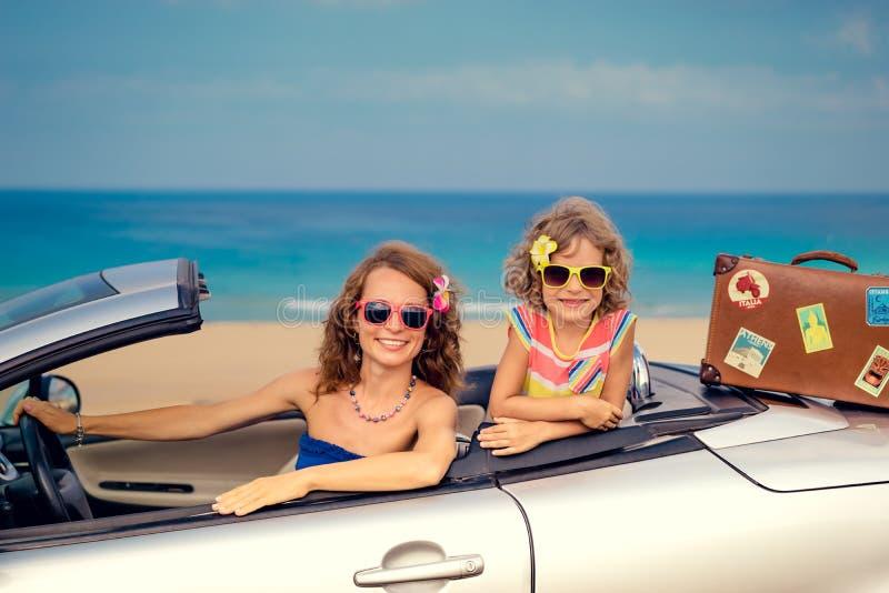 Viaje feliz de la familia en coche fotos de archivo libres de regalías