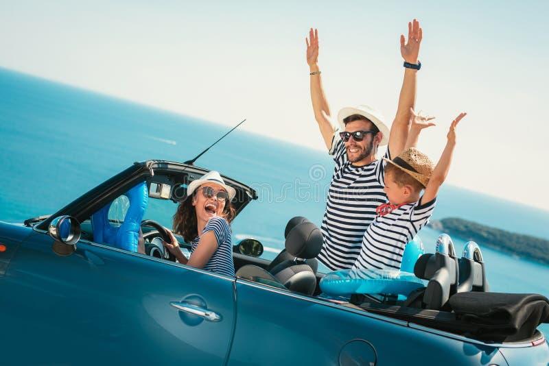 Viaje feliz de la familia en coche al mar fotografía de archivo