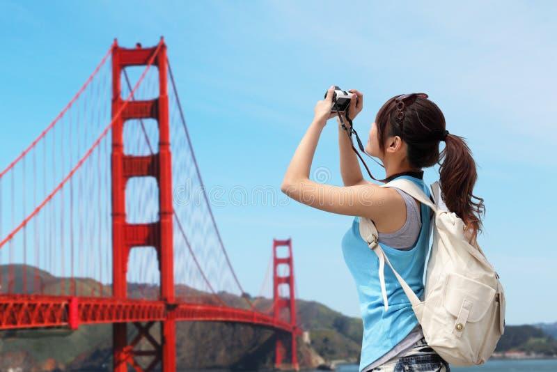 Viaje feliz de la mujer en San Francisco fotografía de archivo libre de regalías