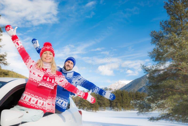 Viaje feliz de los pares en coche en invierno imagen de archivo