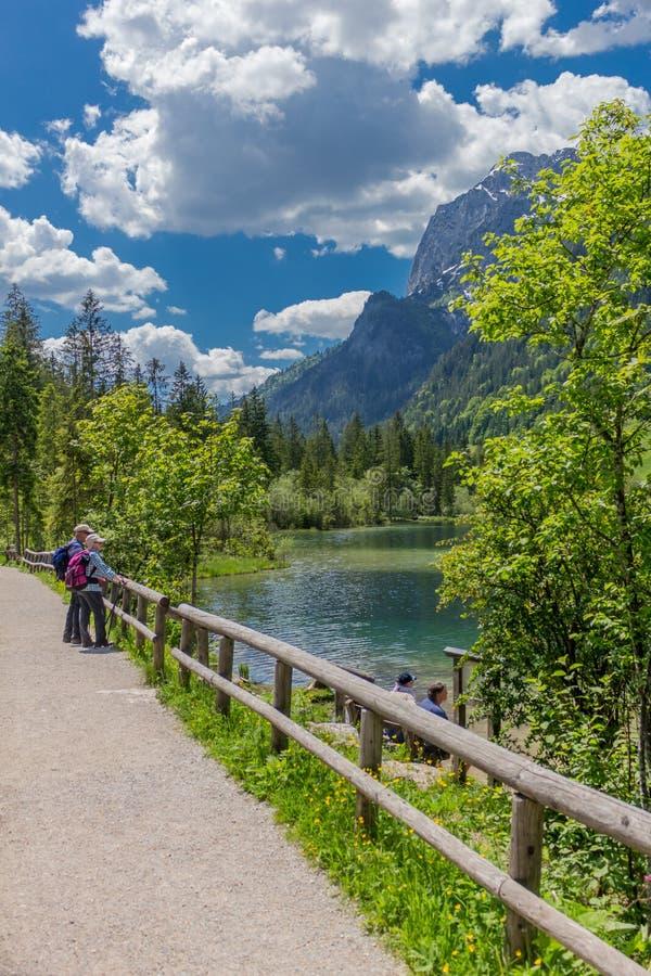 Viaje hermoso de la exploración a lo largo de las colinas alpinas de Berchtesgaden - Hintersee imagen de archivo libre de regalías