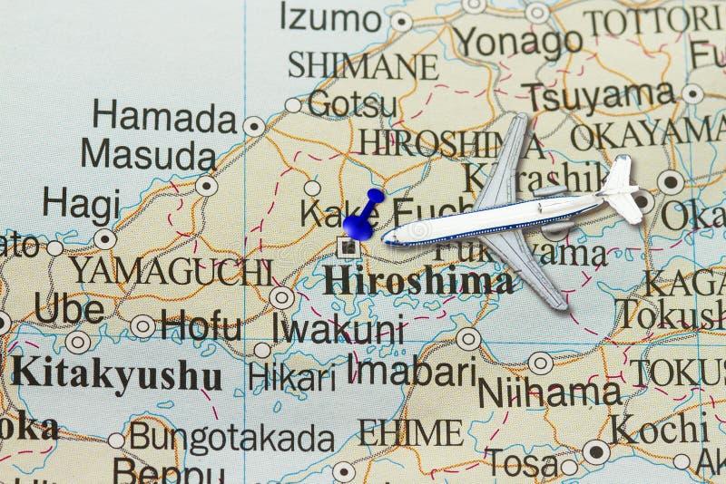 Viaje a Hiroshima com avião do brinquedo e empurre o pino fotos de stock royalty free