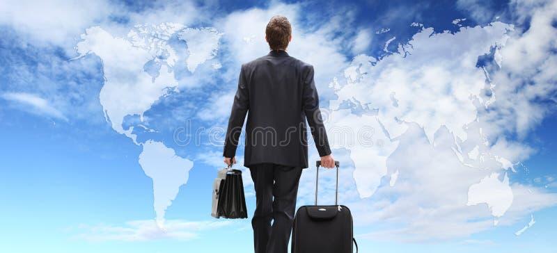 Viaje internacional con la carretilla, negocio global del hombre de negocios imagenes de archivo