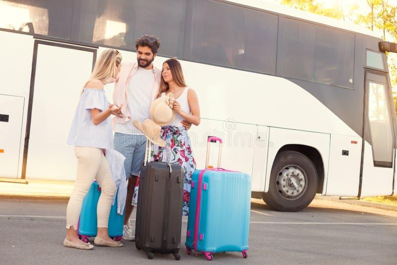 Viaje joven de los amigos el vacaciones en autobús fotos de archivo