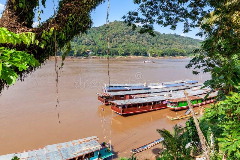 Viaje a Laos, Asia sudoriental, opinión el asiático famoso el río Mekong, barcos laosianos largos tradicionales Paisaje hermoso y fotos de archivo