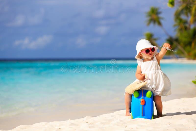 Viaje lindo de la niña en la playa del verano fotografía de archivo