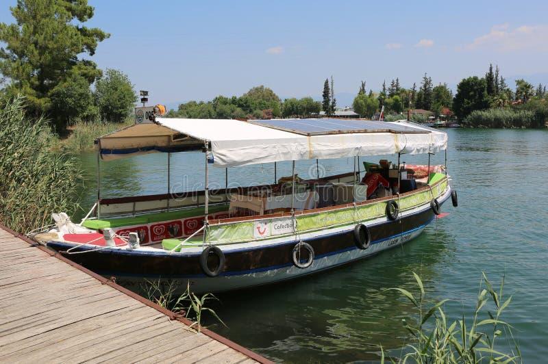 Viaje a los turistas que esperan del barco para atracados en poco embarcadero imagen de archivo