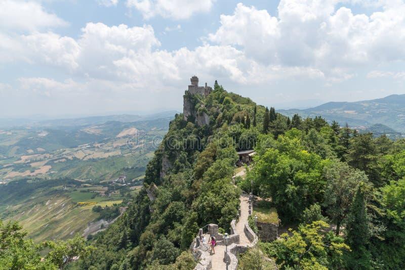 Viaje no meio da cidade de São Marino do tempo de mola de Italia em um monte fotografia de stock